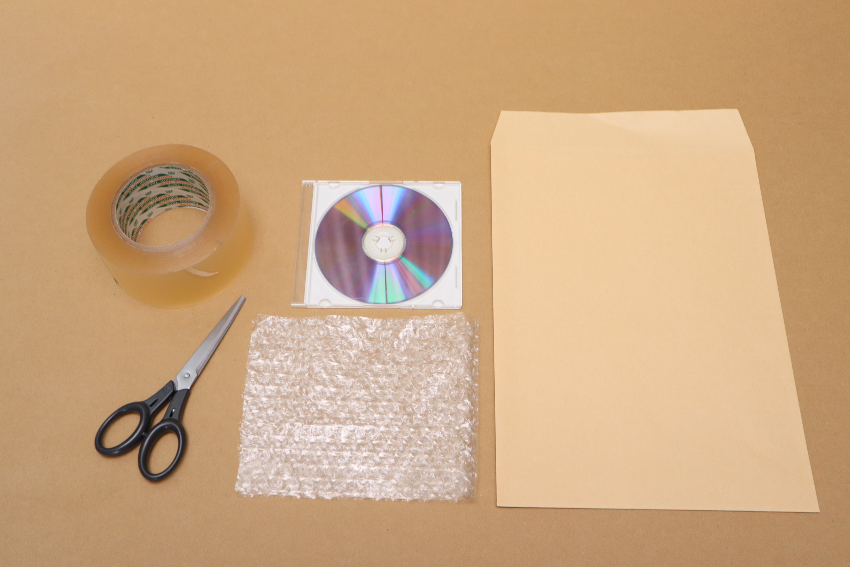 用意するものはCDとプチプチと封筒とテープとハサミ