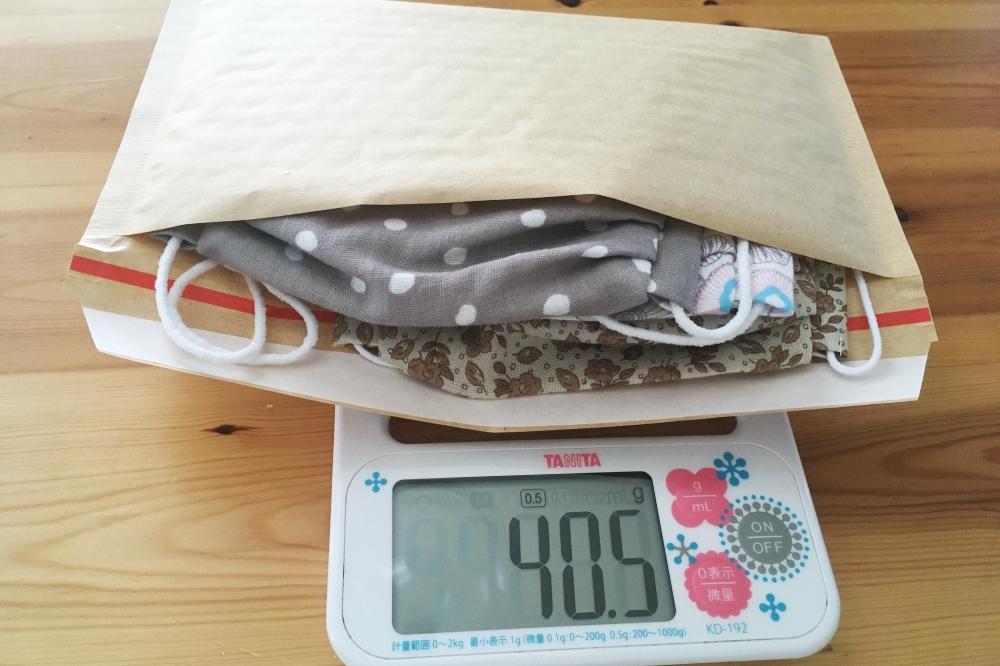 クッション封筒と布製マスクの重量
